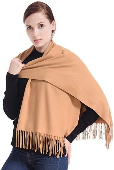 Khăn cashmere giúp người dùng nữ tính, giữ ấm tốt.