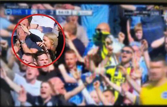 Paul và cô gái tóc vàng thân thiết trên sân bóng trong một góc quay và người vợ phát hiện ra. Ảnh: The Sun.
