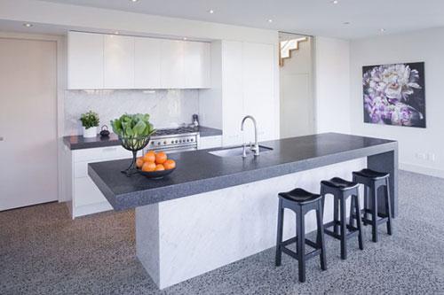 Chiếc bàn dài được thiết kế sát bếp với mặt bàn làm bằng đá sẽ là điểm nhấn của nhà bếp.