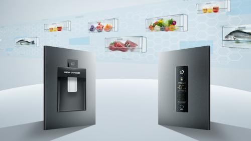 Tủ lạnh với thiết kế ngăn tùy chỉnh nhiệt độ riêng biệtBạn có thể thay đổi nhiệt độ từ -18 đến 5 độ C trong ngăn tùy chỉnh (Magic Room) để bảo quản thực phẩm theo nhu cầu sử dụng. Thiết kế hiện đạiTủ lạnh Aqua Magic Room được trang bị 3 ngăn riêng biệt (ngăn đông dưới, ngăn tùy chỉnh nhiệt độ, ngăn mát) giúp cho việc phân chia và bảo quản thức ăn đa dạng tốt hơn, hạn chế thực phẩm bị lẫn mùi giữa các ngăn.Ngăn tùy chỉnh nhiệt độ (Magic Room) ở giữa cho phép điều chỉnh nhiệt độ từ -18 độ C đến 5 độ C. Ngăn Magic room có thể dễ dàng chuyển đổi thành ngăn đông, ngăn lạnh hoặc ngăn đông mềm. Thông qua bảng điều khiển cảm ứng đặt bên ngoài cửa tủ, nhiệt độ trong ngăn được thay đổi nhanh chóng, phù hợp với nhu cầu bảo quản thực phẩm của của gia đình.Chẳng hạn ở nhiệt độ -18 độ C, ngăn Magic room sẽ trở thành ngăn đông, có thể trữ đông thực phẩm và làm đá. Bạn có thể bảo quản rau quả tươi trong ngăn Magic Room như ngăn mát nếu điều chỉnh nhiệt độ ở mức 4 độ C. Ở nhiệt độ -7 độ C, chức năng cấp đông mềm được kích hoạt, bạn có thể chế biến thực phẩm ngay mà không cần rã đông.Tủ lạnh với thiết kế ngăn tùy chỉnh nhiệt độ riêng biệt - 1