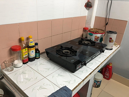 Căn nhà hiện tại chúng tôi đang sinh sống hơi bất tiện vì không gian nhà bếp chật và sử dụng cùng chức năng với phòng khách.