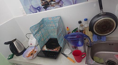 khoảnh nhỏ với giàn bếp và chậu rửa chén đặt cạnh nhau.