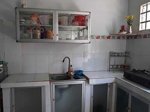 Bếp nhà tôi màu trắng tinh, có gạch men ốp quanh để dễ lau chùi.