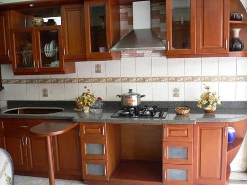 Tôi dùng bộ bàn ăn bằng gỗ, cùng màu với tủ chạn để đồng nhất thiết kế trong nhà bếp.