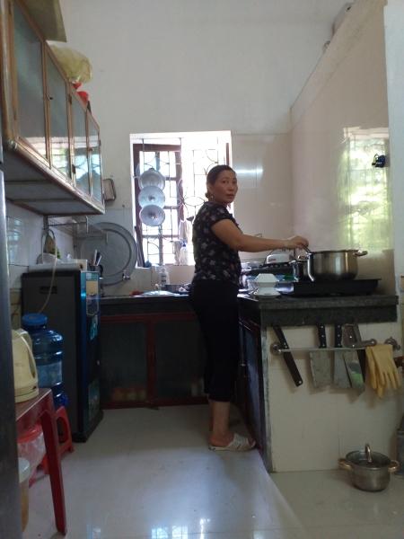 Với diện tích phủ bì là 5 mét cho mỗi chiều rộng và chiều dài, tôi xây căn bếp là tổ hợp giữa nhà bếp, nhà tắm và nhà vệ sinh.