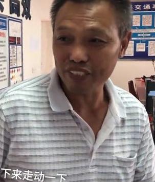 Ông Vương trà nước trong đồn cảnh sát chờ con lại đón. Ông không dùng điện thoại nên không cách nào gọi con. Ảnh: Sina.