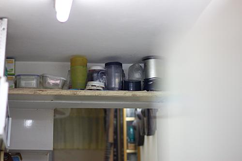 có khá nhiều vấn đề khi nấu nướng: mùi thức ăn ám trong nhà, dầu ăn bám đầy tường cộng với bụi khiến việc lau chùi khó khăn, tạo môi trường sinh sôi cho vi khuẩn.