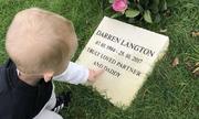 Cậu bé 2 tuổi hát bên mộ cha khiến nhiều người xúc động