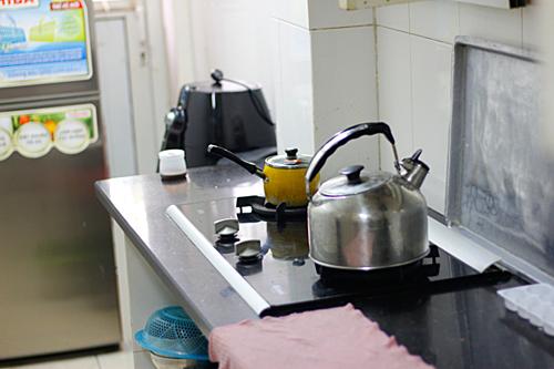 Một thách thức không hề nhỏ chính là không gian chật, hẹp, thấp của căn bếp, giống như bao diêm dựng đứng vậy.
