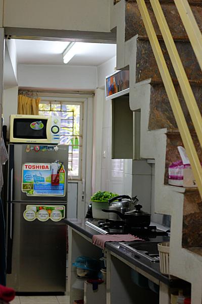 hạn chế không gian bày biện và chuẩn bị đồ ăn, cùng với khoảng không lưu trữ chưa tối ưu, sẽ khiến căn bếp trông kém gọn gàng.