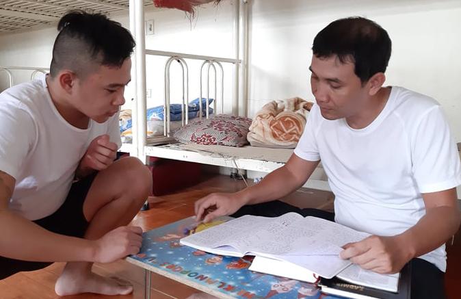 Anh Minh (phải) hướng dẫn cho học viên ở cơ sởhỗ trợ sau cai nghiện thuộc hội thánh tin lànhExechien, huyện Phúc Thọ, Hà Nội. Ảnh: Nhật Minh.