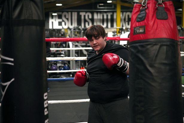 Việc ăn kiêng và tập luyện đều đặn là điều khó khăn nhất mà Josh từng trải qua. Ảnh: Mirror.
