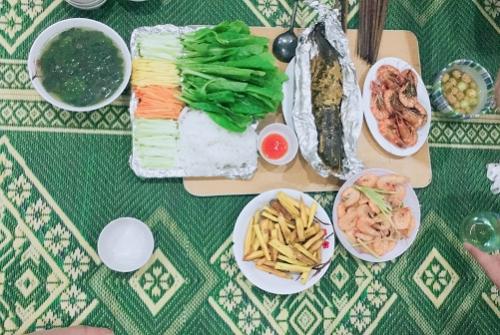 Những món ăn được chuẩn bị cho gia đình trong căn bếp nhỏ.