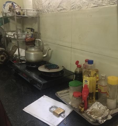 Nấu nướng trong căn bếp chật hẹp khiến bà vất vả.