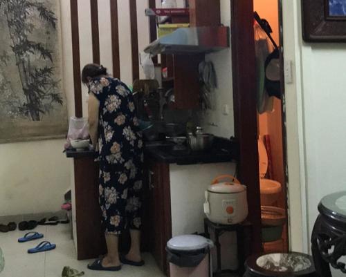 Con chợt nhận ra tình cảm gia đình quý giá biết bao khi nhìn mẹ vào bếp chăm chút từng món ăn.
