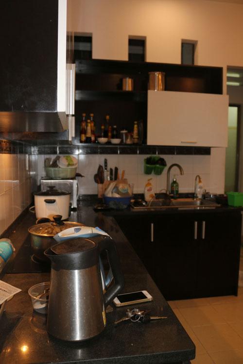 Trong gian bếp nhà, con gái thường phụ tôi làm những việc lặt vặt khi nấu khi.