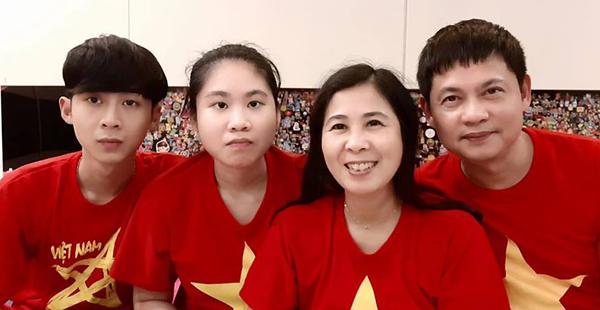 Vân Anh thích xem bóng đá, mỗi khi có trận cả gia đình mặc áo đỏ như con cùng xem. Ảnh: Hồng Vân.