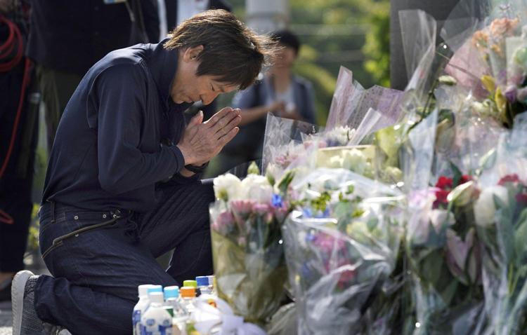 Một người đàn ông cầu nguyện tại nơi xảy ra vụ tấn công giết ngườiởKawasaki, gầnTokyo, hôm 4/6. Ảnh: kyodo.