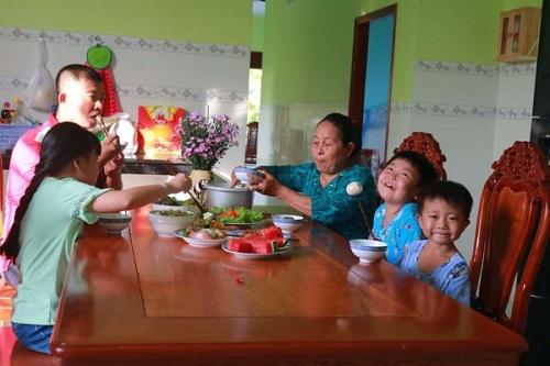 Các thành viên tìm thấy niềm vui trong bữa cơm gia đình.