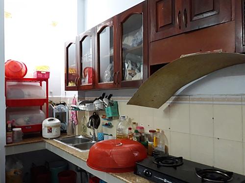 Căn bếp cũ kỹ, nhiều vật dụng đã xuống cấp.