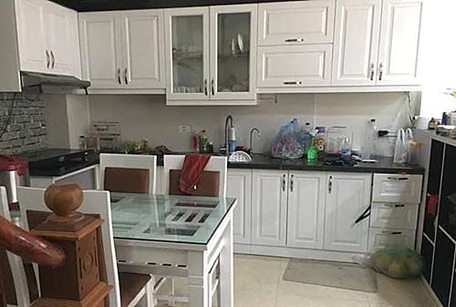 Căn bếp của tôi nhỏ bé, với màu trắng và mặt nâu gỗ trông rất sang trọng và sáng sủa.