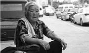 Bà nội 8 tiếng mỗi ngày chờ cháu ở cổng trường