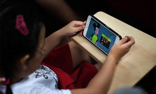 Trẻ em cũng có thể bị xem những video có nội dung xấu trên mạng xã hội như Youtube. Ảnh: Straighttimes.