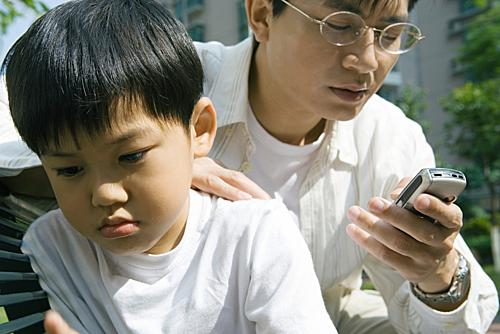 Sự đồng hành, chăm chỉ, nỗ lực trong học tập, cuộc sống của cha mẹ mới tạo nên một đứa trẻ tốt sau này. Ảnh: HK01.