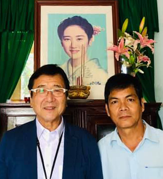 Ông Takahashi (trái) tại phòng truyền thống của trường tiểu học Junko, trước di ảnh con gái ông, hôm 14/5. Ở tuổi 70, ông vẫn còn bận bịu vớinhững hoạt động giáo dục gắn kết Việt - Nhật. Ảnh: Trần Văn Nam.