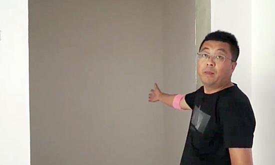 Cửa chính của ngôi nhà thực tế là bức tường. Ảnh: Sina.