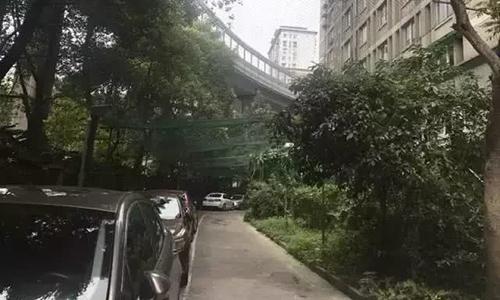 Một khu dân cư khác ở thành phố Hàng Châu phải chăng lưới để ngăn tình trạng người, đồ vật bị ảnh hưởng từ những đồ ném từ trên cao.