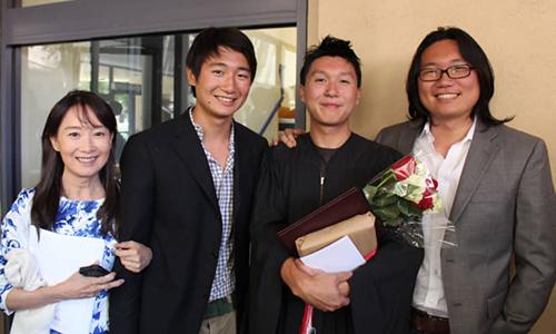 Agnes Chan, chụp ảnh với 3 cậu con trai, trong ngày cậu thứ hai tốt nghiệp Đại học Stanford năm 2015.