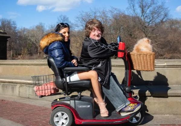 Chàng triệu phú thấp bé thường đưa bạn gái đi chơi trên xe điện. Ảnh: The Sun.