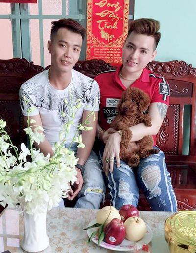 Thuận (phải)và Phúc khi đã kết hôn, ăn cái Tết đầu tiên với gia đình nhà Phúc đầu năm 2019. Ảnh: P.T.