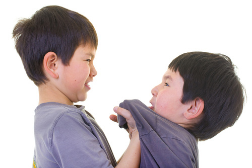 Bé trai ngày bé hay bắt nạt bạn bè, gây sự... sẽ có thu nhập kém hơn so với những bé nam khác trong tương lai.