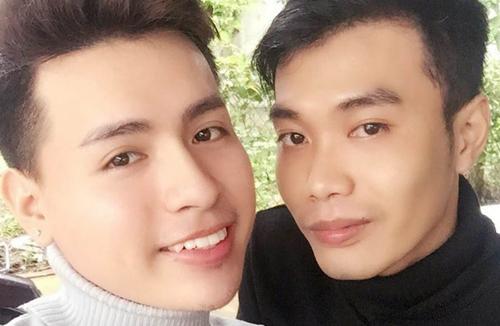 Vượtnhiều điều tiếng, hai chàng trai đến được với nhau nhờ sự chúc phúc của người thân, và giờ đang cùng nhau mở cửa hàng mỹ phẩm ở quận Bình Thạnh, TPHCM. Ảnh: N.T.