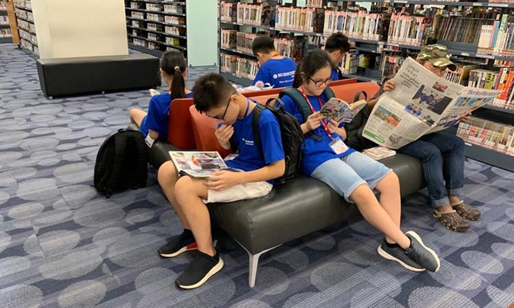 Học sinh Việt Nam đọc sách tại Thư viện quốc gia Singaporetrong trại hè tháng 6/2019. Ảnh: Phương Hảo.