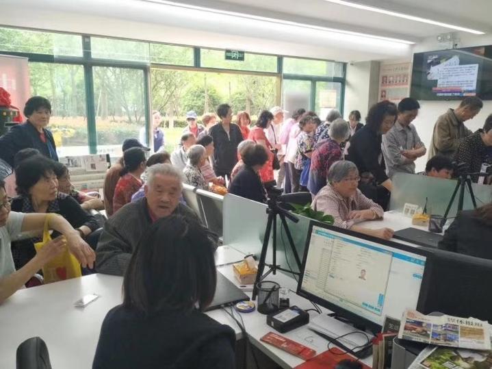 Nhiều người già đến đăng ký làm di chúc Trung tâm đăng ký di chúc số 1 Hàng Châu. Ảnh: Qianjiang Evening News.