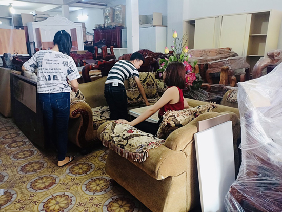 Khách mua hàng tại hệ thống cửa hàng thanh lý Phong Hải.