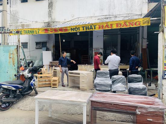 Anh Đăng (ngoài cùng bên trái) chủ của hệ thống đồ cũ Phong Hải đang hướng dẫn nhân viên kiểm tra hàng hóa trước khi giao cho khách tại chi nhánh 2.