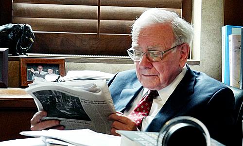 Warren Buffet dành 5-6h để đọc sách báo mỗi ngày. Ảnh: Noteworthy.