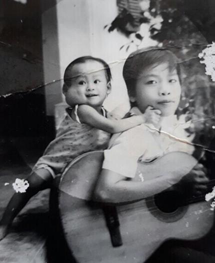 Dù trải qua tuổi thơ bệnh tật,Ái Vi vẫn thích cười,yêu đời. Ảnh chụp năm 1989 của Vi và cậu Út.