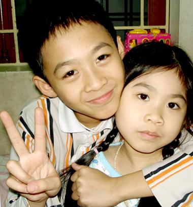 Vân Anh bên anh trai vào năm 2008, lúc6 tuổi. Ảnh: Hồng Vân.