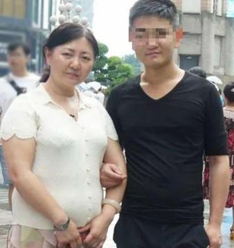 bà Zhu trong lần đầu tiên gặp lại con trai ruột ở Giang Tô. Ảnh: QQ