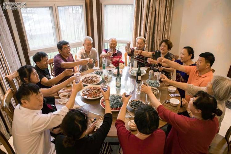 Bà Liu nói khoảng 4-5 năm trước, hai vợ chồng bà từng cùng nhau đi xem hơn chục viện dưỡng lão. Nhưng họ nhận ra nếu ở đó sẽ không thể ra bên ngoài tự do và làm những gì mình thích.Khi chia sẻ với những người bạn già, mọi người đều có chung suy nghĩ như vậy. Con cái chúng tôi quá bận rộn, vì thế chúng không thể hiếu thảo với cha mẹ hết lòng. Vì thế tốt hơn là tìm một nơi nào đó, để chúng tôi có thể giúp đỡ nhau, bà nói.