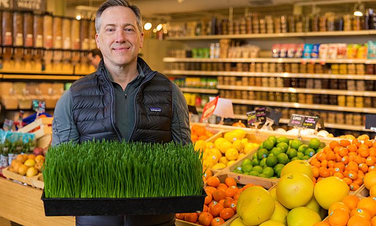 Ở chuỗi cửa hàng của mình, Scott khuyên khách hàng chỉ vứt thực phẩm khi bị hư, không nên quá quan tâm hạn dùng. Ảnh: BM.
