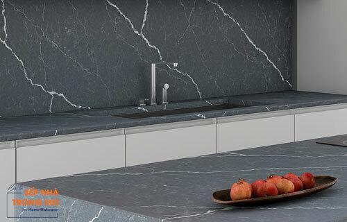 Ảnh sản phẩm đá Vicostone - Cemento BQ8730 nổi bật với những đường vân rạn, như tia sét đánh mạnh trải dài toàn tấm. Các đường vân trắng càng trở nên nổi bật hơn trên bề mặt màu xám tối phóng khoáng.