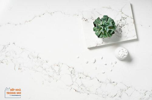 Ảnh sản phẩm đá Vicostone Statuario (BQ8628), lấy cảm hứng từ hình ảnh dòng chảy của những con sông qua từng khối đá lớn trên nền tuyết trắng xóa, vân đá dạng lưới phá cách trên nền trắng tuyệt đối, để lại dấu ấn trong mắt người nhìn.