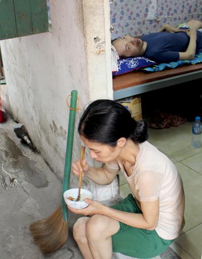 Bữa trưa cơm đạm bạc chỉ có một món của chị Trang, được cắm từ sáng sớm.. Ảnh: Nhật Minh.