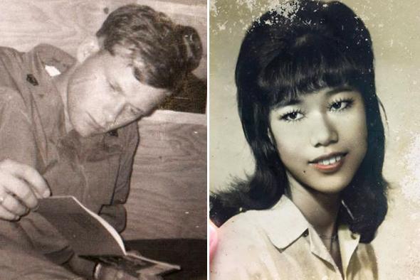Ông Ken Reesing và bà Thúy Lan trao đổi ảnh thời trẻ cho nhau, rồi mới dám chắc chắn người kia là mối tình đầu của mình. Ảnh: NVCC.